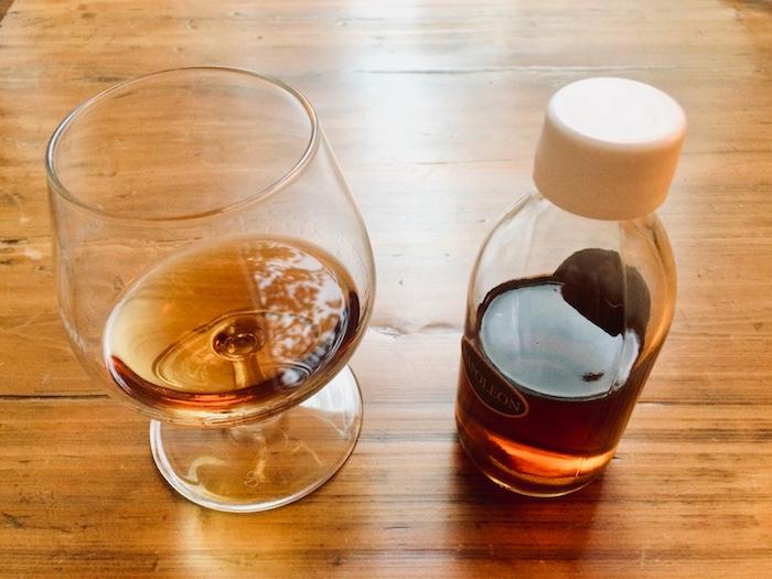 Die Farbe des Napoleon Cognacs von Bertrand ist dunkler