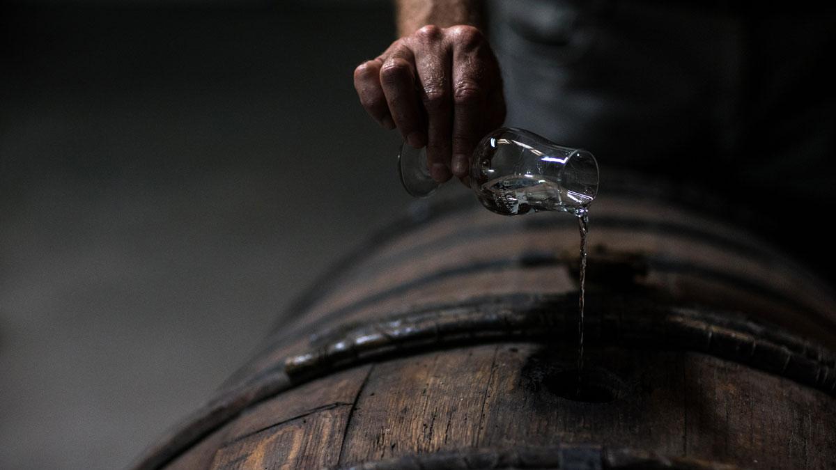 Frisch destilliertes Eau-de-vie, das jetzt Jahre reifen muss, um zu einem Cognac zu werden - Cognac Alter