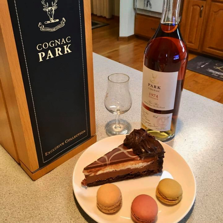 Park Cognac mit Kuchen und Macarron