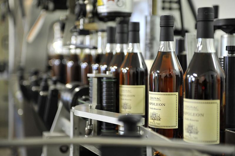 Cognacflaschen beim Abfüllprozess