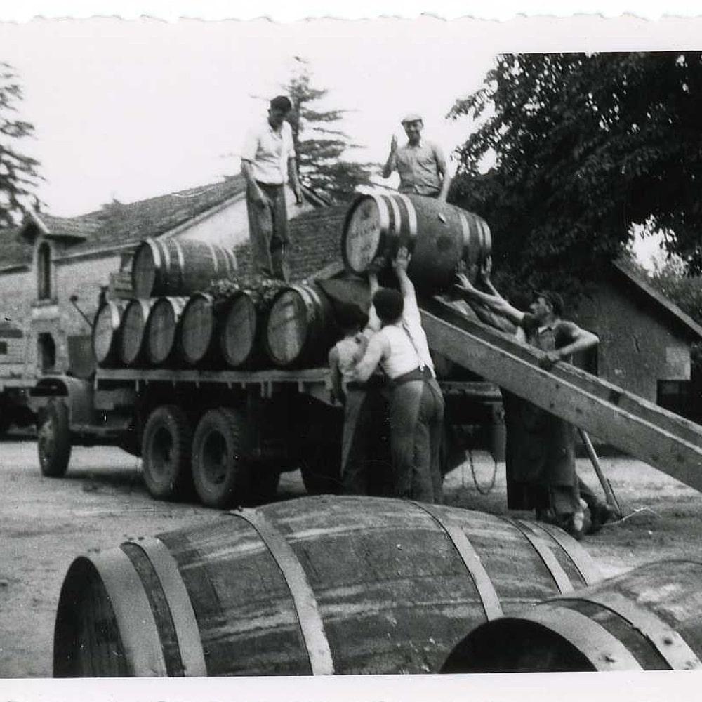 Fässer werden auf den Truck geladen