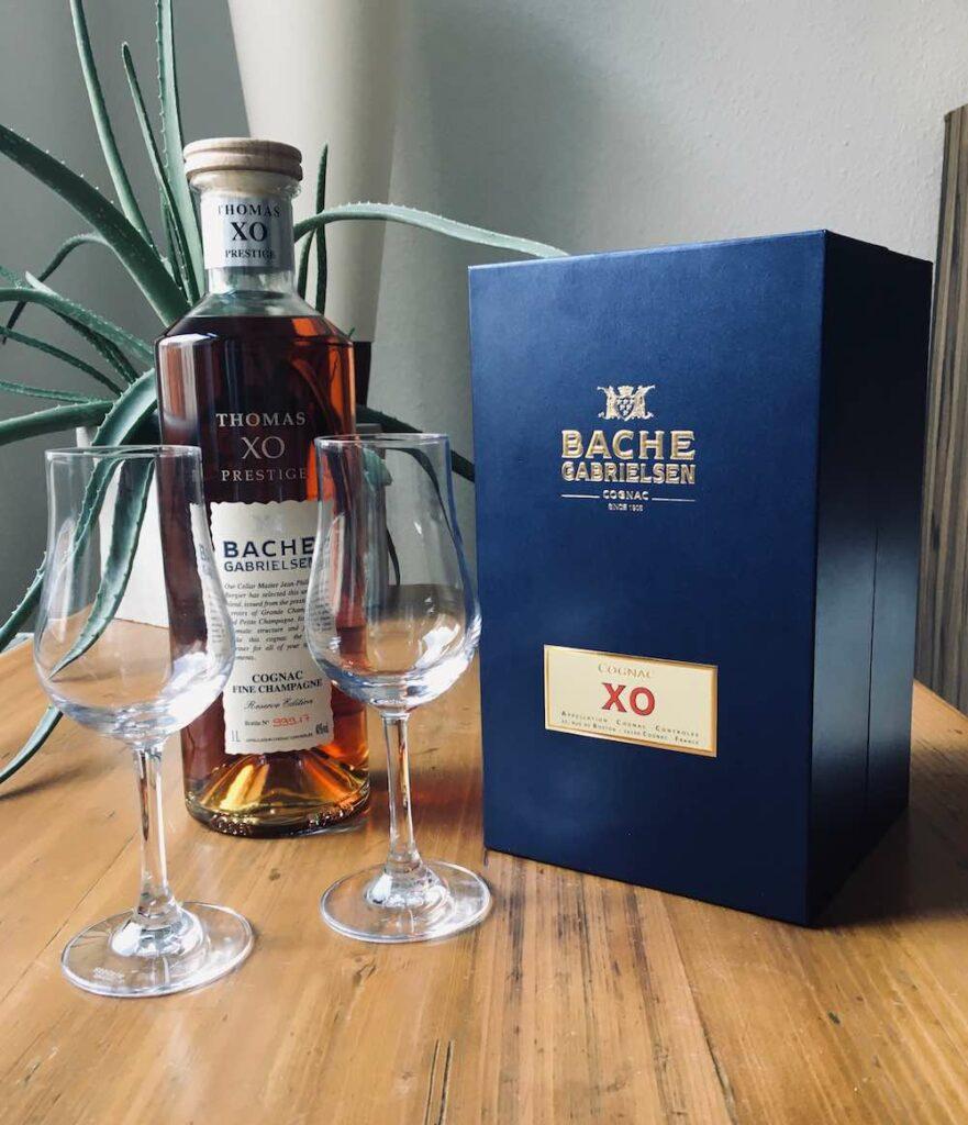 Bache Gabrielsen XO Prstige Cognac mit zwei Gläsern und seiner blauen Box