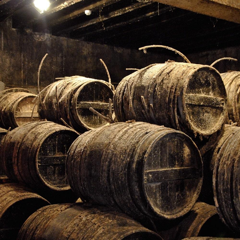 Cognac-Keller mit alten Fässern